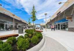 Center Court of Outlet Collection at Niagara